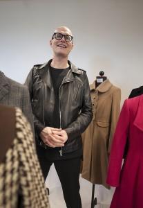 Janne Renvall ja ompelijakisällien asiakastöinä tekemät takit