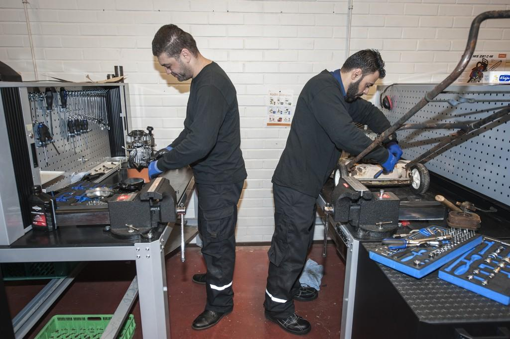 Omar ja Hatem korjaamassa pienkoneita. Kuva: Teija Hakala