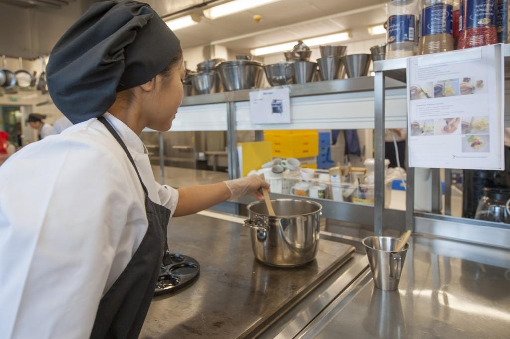 Chaipanith tekemässä jälkiruokaa opetuskeittiö Breikissä. Kuva: Virve Lyyra