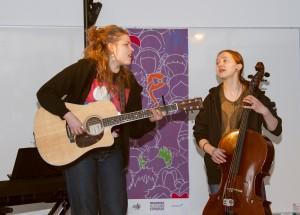 Savu-duo esitti countryhenkisen Creepin' in -kappaleen