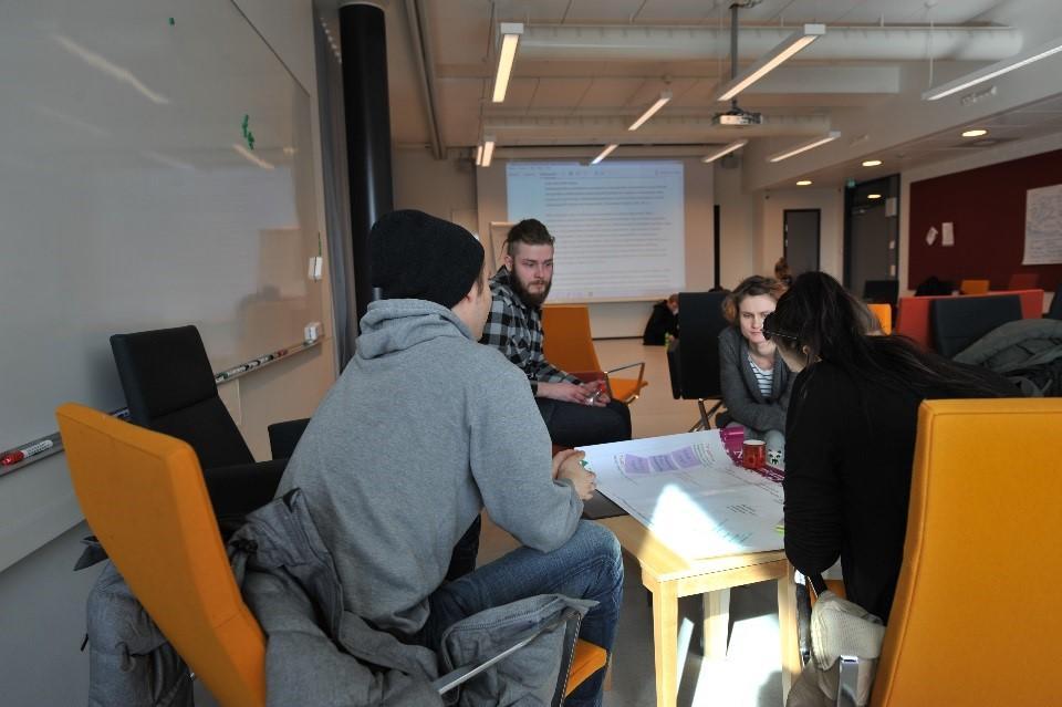 Monialainen opiskelijatiimi täydentää YrittäjyysMaratonilla liikeideaansa Business Model Canvasiin