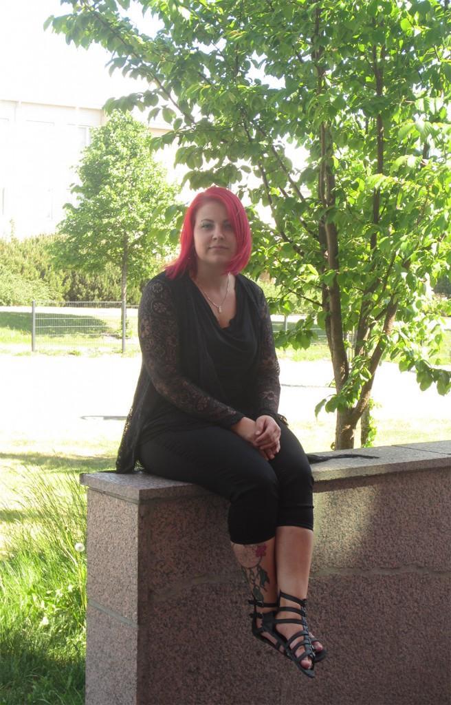 Kosmetiikkaneuvoja Daniela Murtomaa jää kaipaamaan opiskelukavereitaan siirtyessään työelämään.