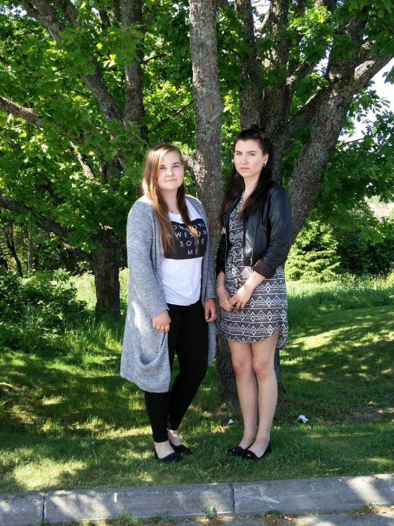 Jessika Rönnberg ja Ada Nikulainen valmistuvat tänään vaateusartesaaneksi ja ylioppilaiksi.
