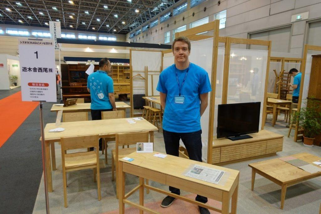 Wili Vuorinen huonekalumessuilla esittelemässä omaa Tapio sivupöytää. Lähde: Oppipoikana Japanissa