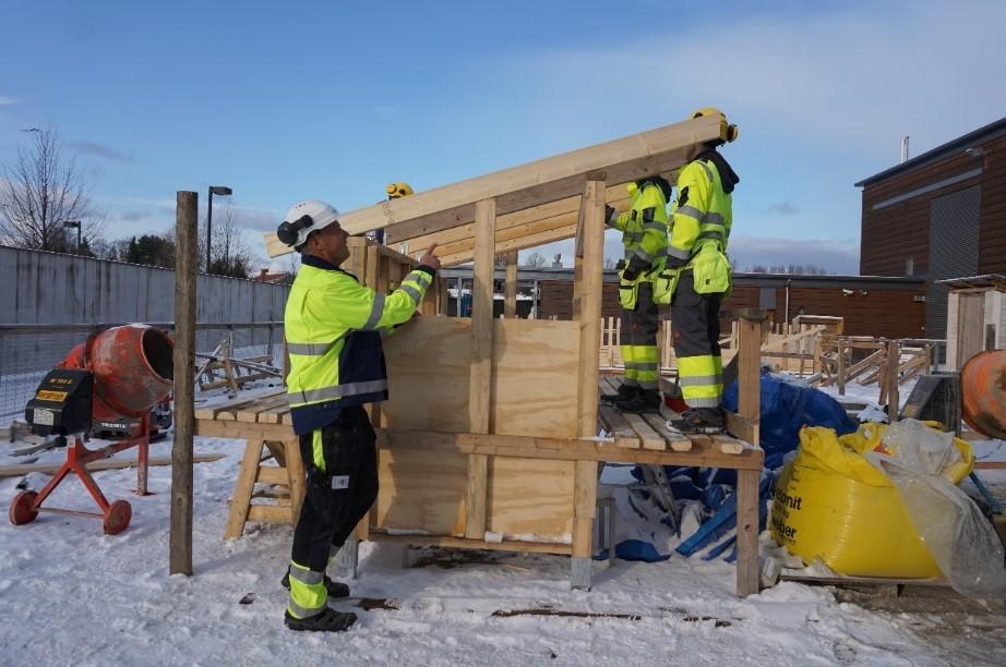 Omnian takapihan harjoitustyömaalle on valmisteilla katos lehtori Markku Narisen opissa.
