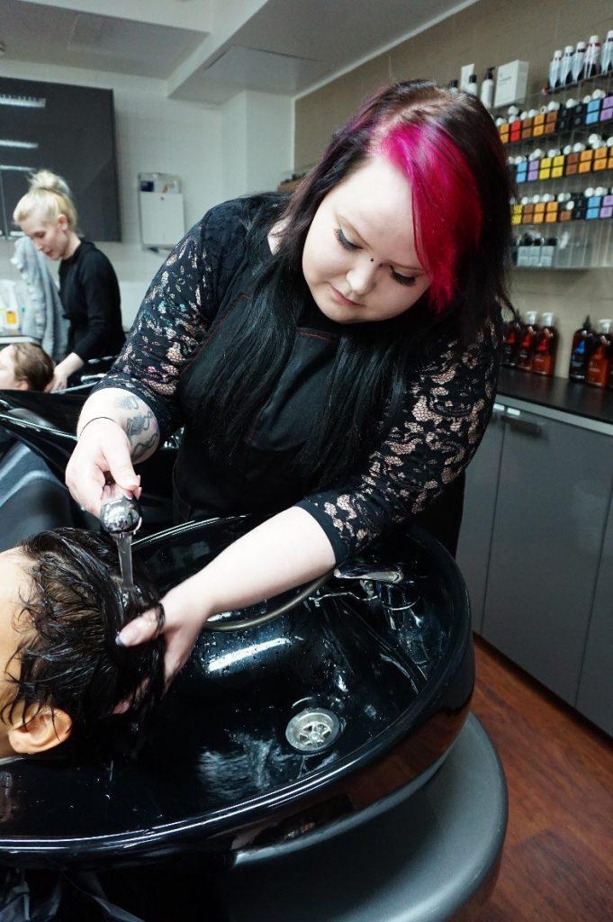 Henna ja Eeva ovat pesemässä asiakkaidensa hiuksia