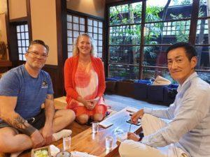 Omnian lehtorit nauttimassa illallista Oona Haapakorpi ja Timo Kortelainen japanilaisessa ravintolassa.
