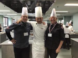 Omnian ruokatuotannon lehtorit Oona Haapakorpi ja Timo Kortelainen tutustumassa japanilaiseen keittiöön.