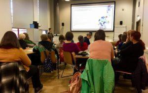 . Omnian asiantuntija (S2, suomi toisena kielenä) Laura Lindeman pitämässä puheenvuoroa 15.11.2019 Sellon kirjastossa pidettyssä tilaisuudessa, joka käsitteli maahanmuuttajataustaisten asiakkaiden kielen oppimisen tukemista.