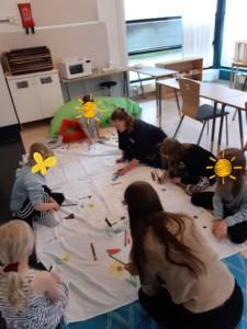 Kuva lapsista piirtämässä