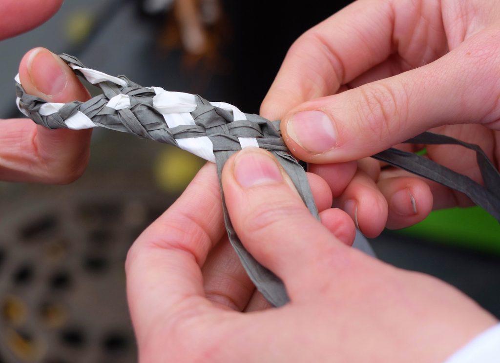 Paperinauhan punominen on näppärä tapa tutustua paperiin materiaalina.