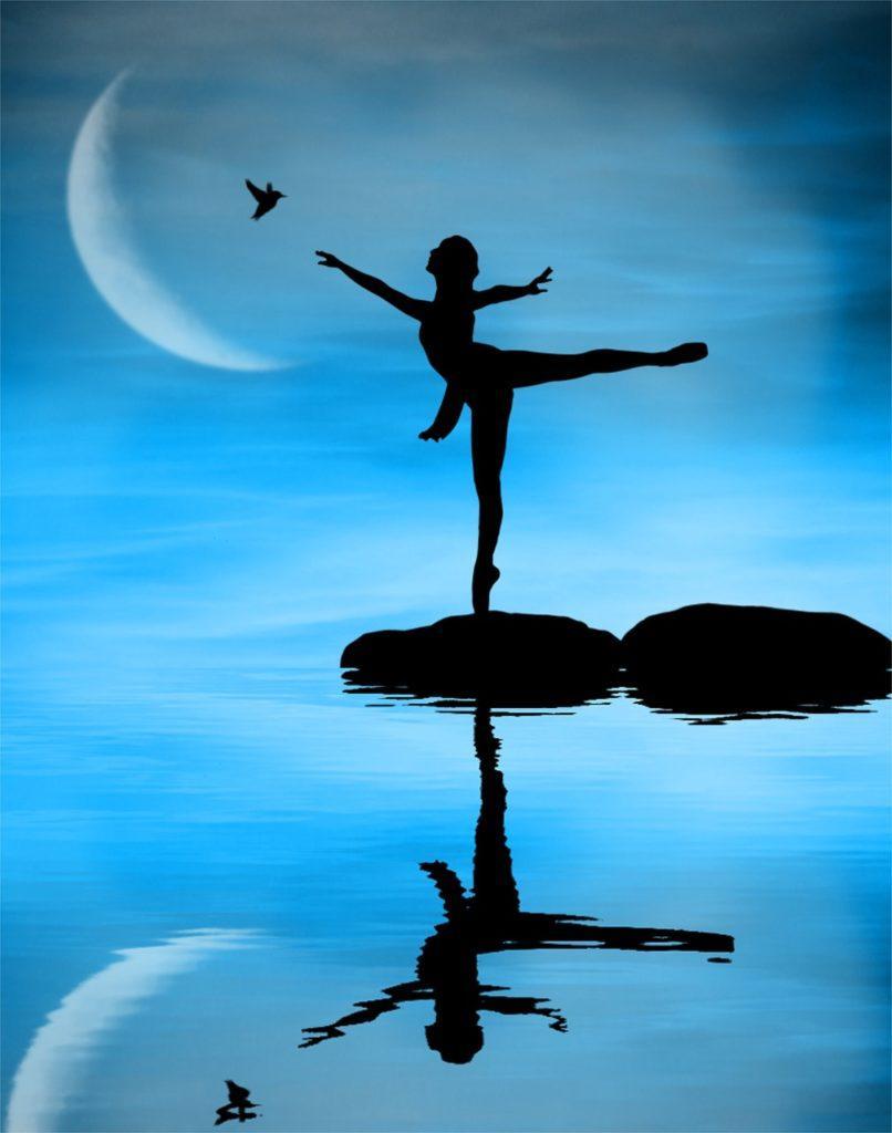 https://pixabay.com/fi/tanssija-pohdintaa-vesi-taivas-kuu-3909697/