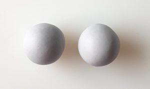 kaksi sokerimassapalloa
