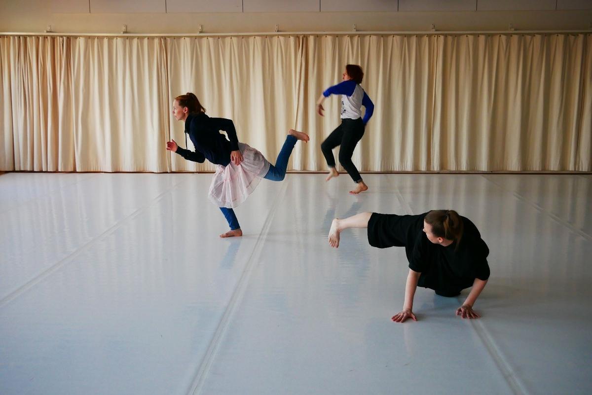 tanssijat liikkeessä